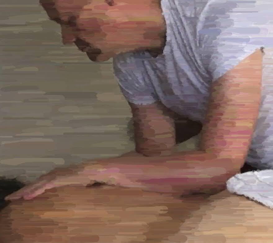 Dette billede illustrerer brug af underarmen på ryggen under en temple style lomi lomi massage.